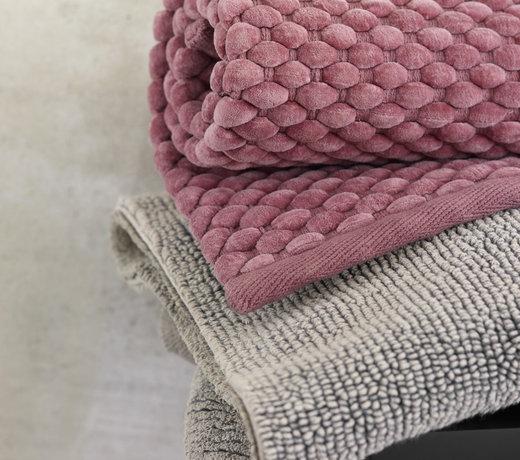 Badmatten voor de aankleding van de badkamer en warme voeten!