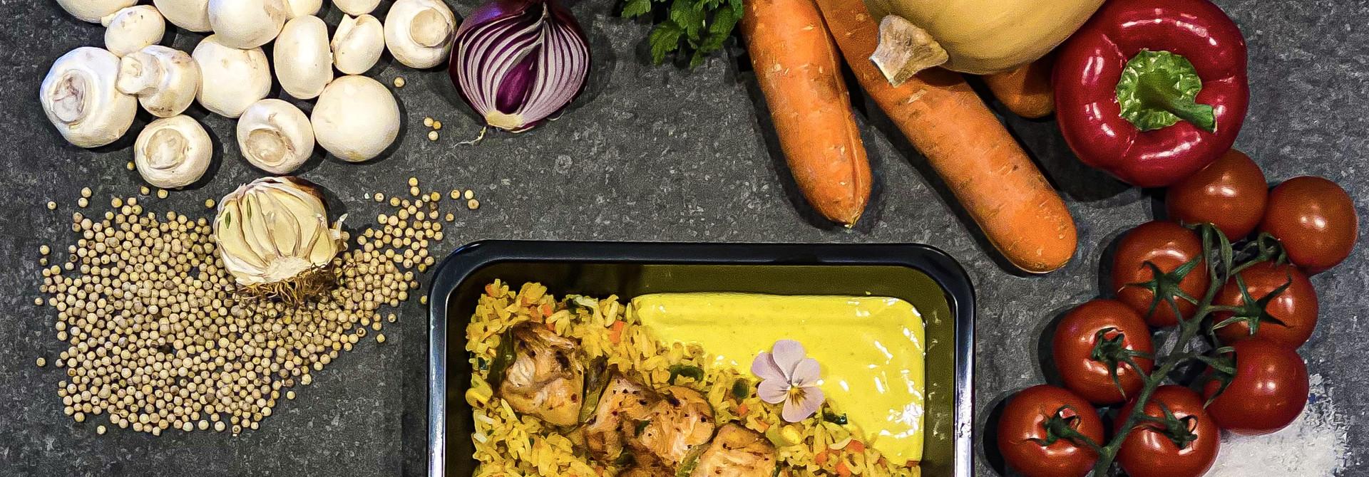 Kipsaté met rijst en currysaus