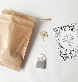 By romi By romi: zakje met thee en kaartje: Een dikke knuffel voor jou omdat je 't verdient