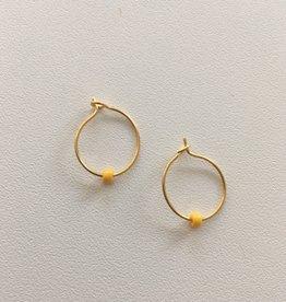 Isa en Roza Isa en Roza 045 creool klein goudkleurig met geel steentje