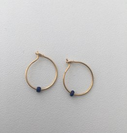 Isa en Roza Isa en Roza 059 creool klein goudkleurig met blauwsteentje