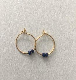 Isa en Roza Isa en Roza creool klein goudkleurig met blauwe steentjes