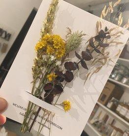 Mookstories Mookstories droogbloemen boeketje op een kaart