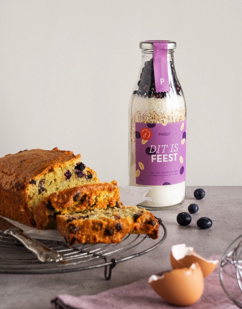 "Pineut Pineut: ""Dit is feest""  Blueberry cake"