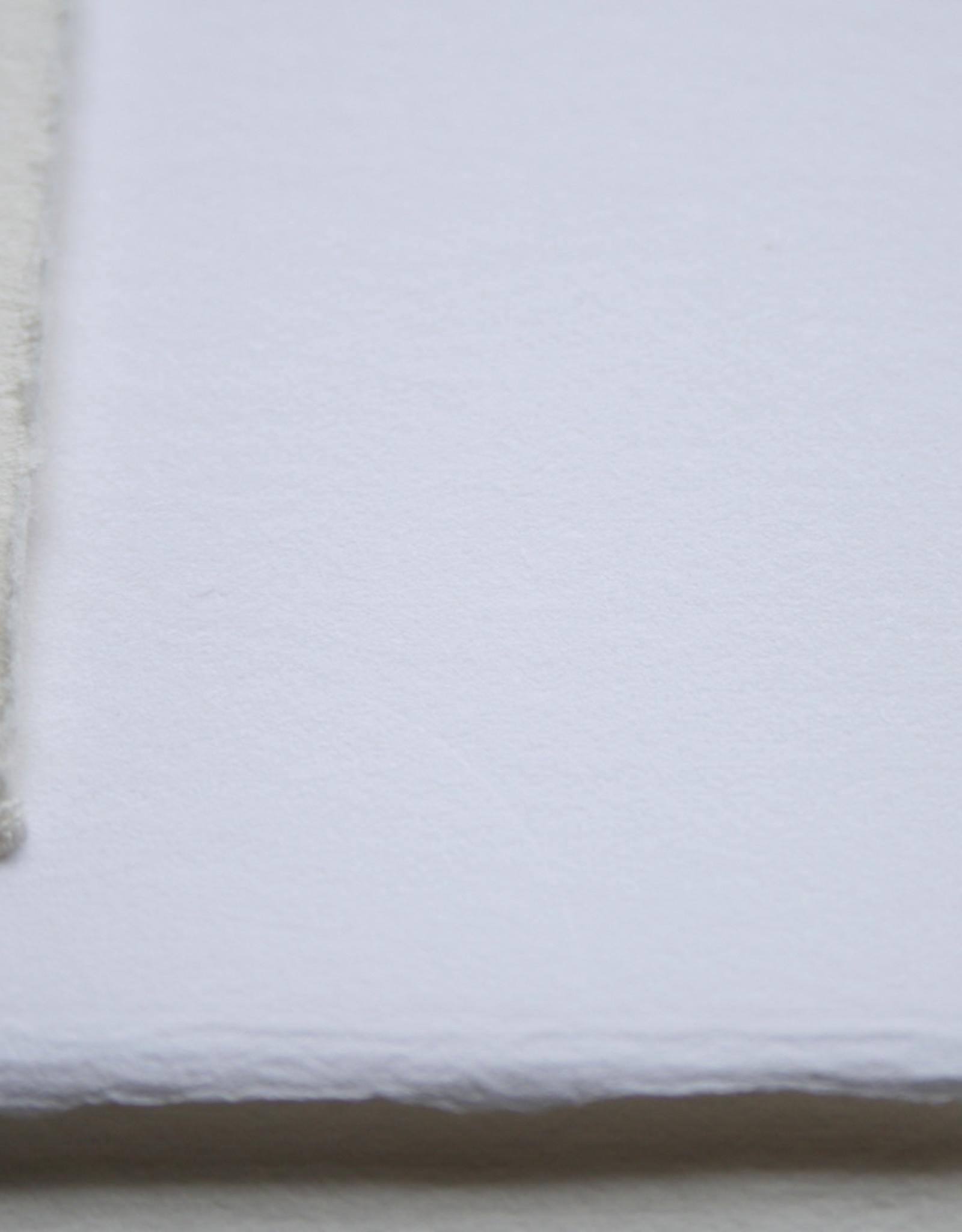 Fabriano Topkwaliteit! Fantastisch etspapier met licht ruig vlassig oppervlak door de langere en sterke vezel. Voor etsen zeer geschikt, ook voor inkten op waterbasis, voor tekenaars en schilders ook zeer geschikt voor inkten en gouaches. 100% katoen. In de stof g