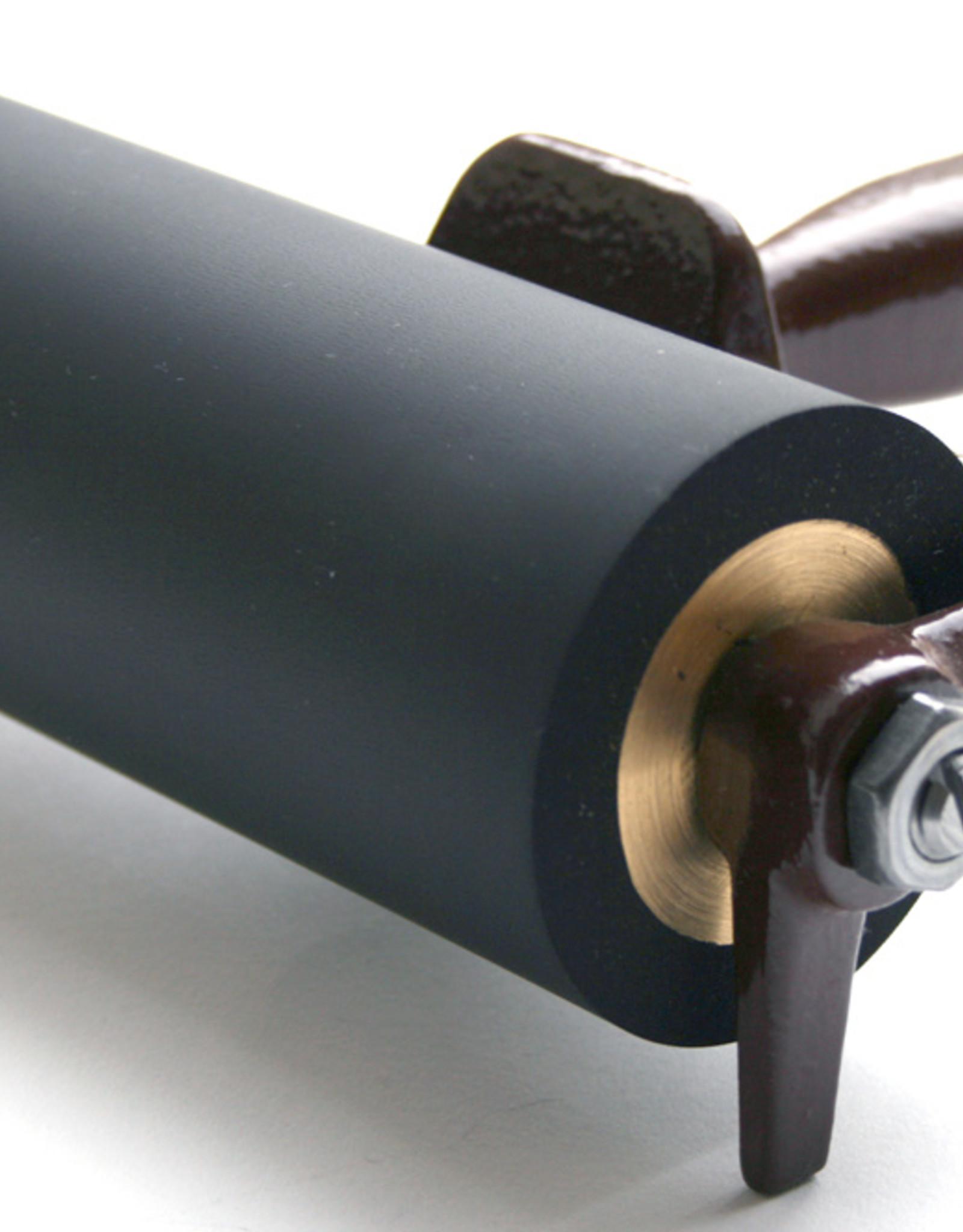 Hauer Topkwaliteit inktrollers. Doorsnede 6 cm, rubberdikte 1 cm. Deze rollen zijn nauwkeurig recht geslepen waardoor een gelijkmatige inktoverdracht gewaarborgd is.De kern is gemaakt van messing dus corrosiebestendig. De beugel is gemaakt van gegoten metaal en