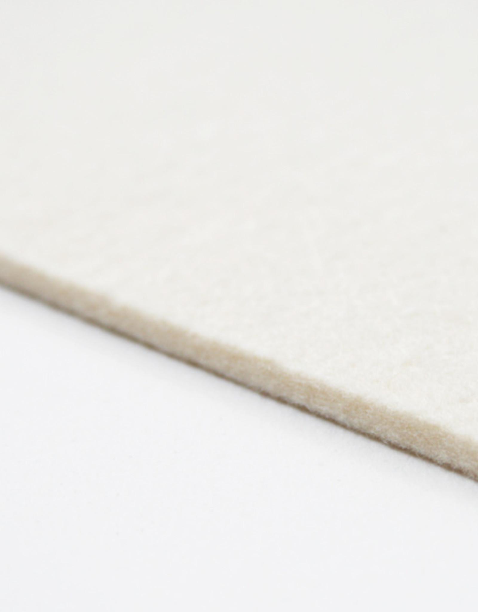 Topkwaliteit Geperst Wolvilt 3mm dik, Gebroken Wit. Dit harde geperste vilt is erg maatvast in de breedte maar ook compact in de radiaaldruk. Geschikt voor zere intensief en professioneel gebruik