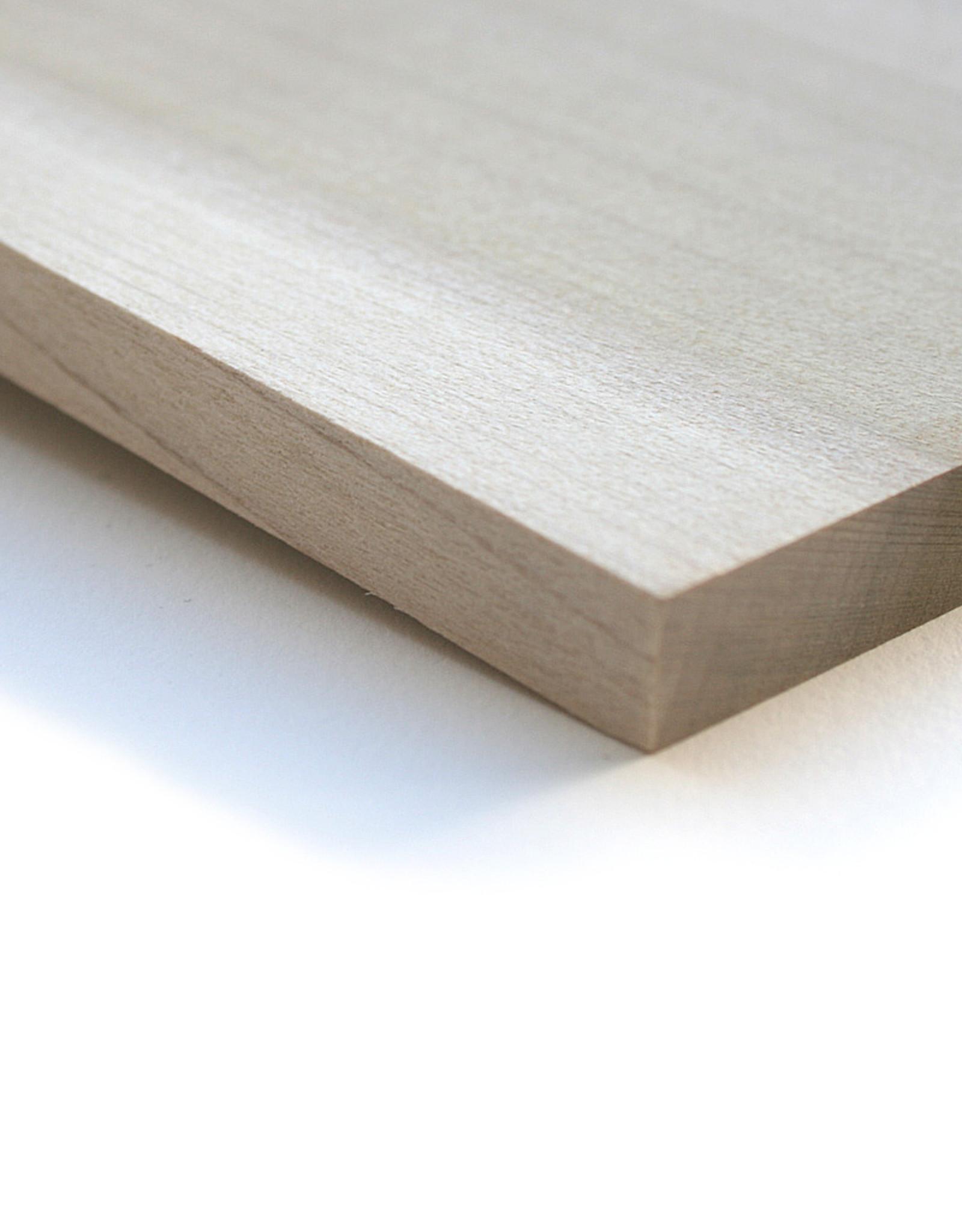 """Katsura De Cercidiphyllum Japonicum is het materiaal waaruit de traditionele Japanse houtsnedes uit werden gemaakt. Dit hout is redelijk zacht en gemakkelijk te snijden. Het is bijna geheel vrij van """"noesten"""" en andere ongerechtigheden. Hout is een natuurlijk mat"""