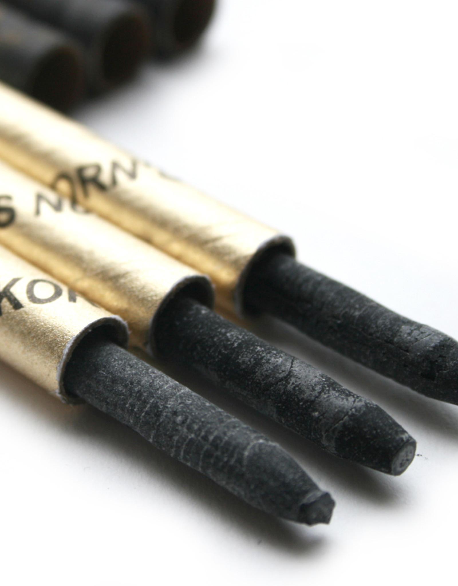 3 stuks lithopotloden afwikkelbaar Korn hard nummer 3. Lithografisch krijt bestaat uit: Vet Was Zeep Roet Schellak. De verhouding van deze bestanddelen hangt af van de gradatie. Lithografisch krijt is verkrijgbaar in vijf hardheden. 1 is zacht en vet. 5 i
