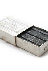 12 stuks lithokrijt staafje ±6cm lang Korn extra hard nummer 4. De harde krijtjes geven een lichte toonwaarde en de zachtere een zwaardere.