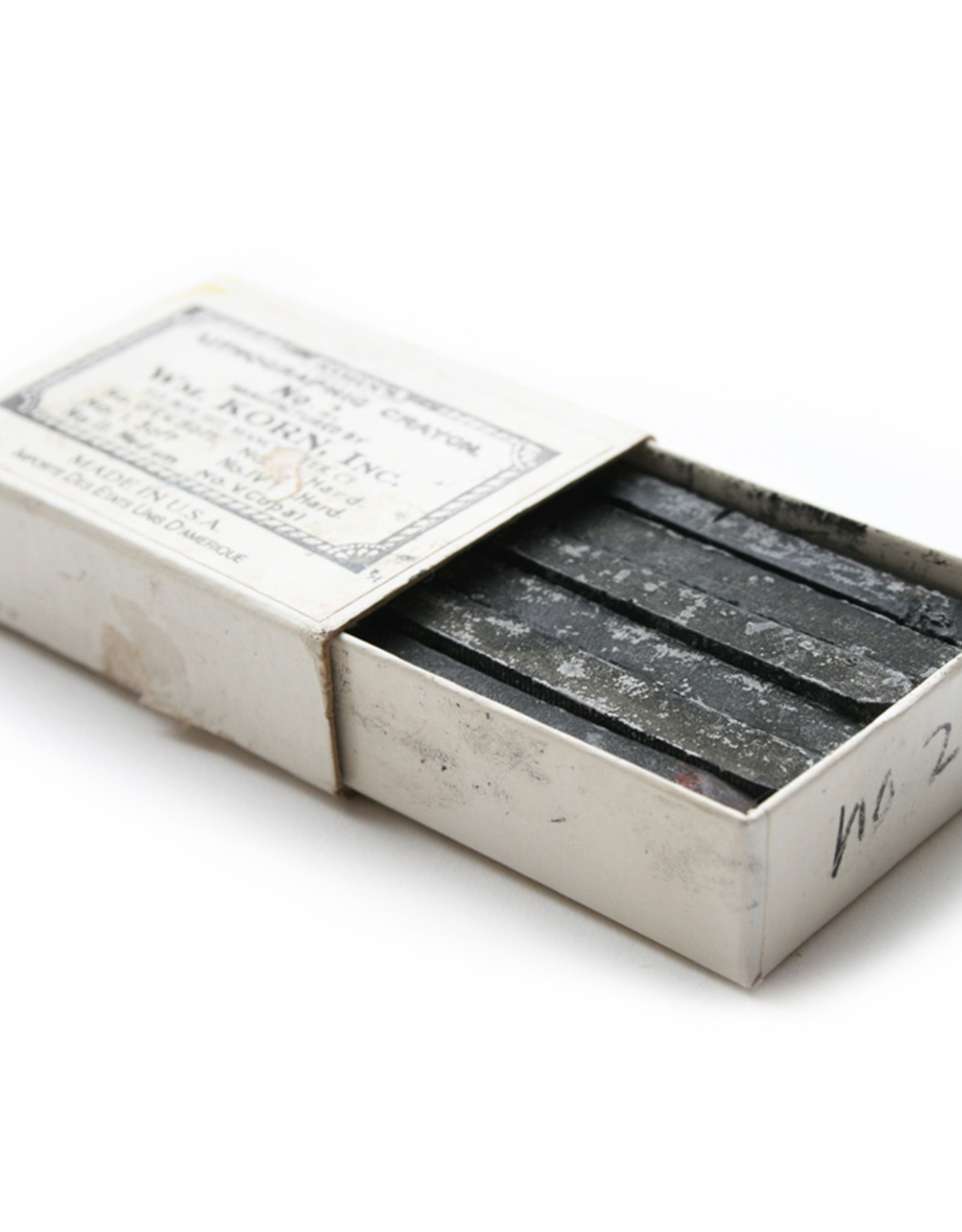 12 stuks lithokrijt staafje ±6cm lang Korn middelzacht nummer 2. De harde krijtjes geven een lichte toonwaarde en de zachtere een zwaardere.