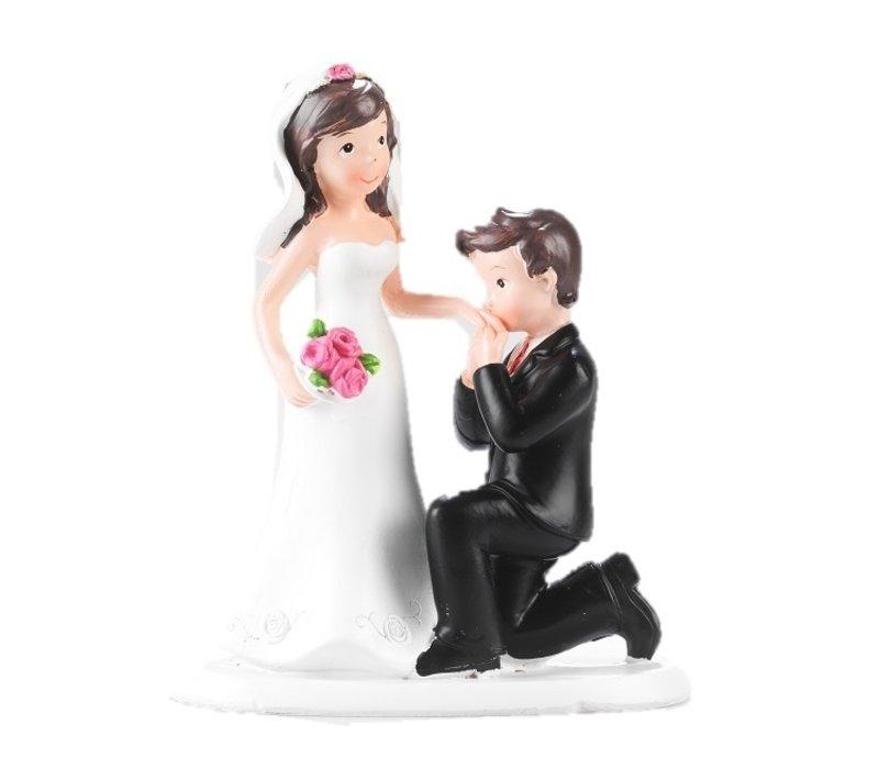 Bräutigam küsst die Hand