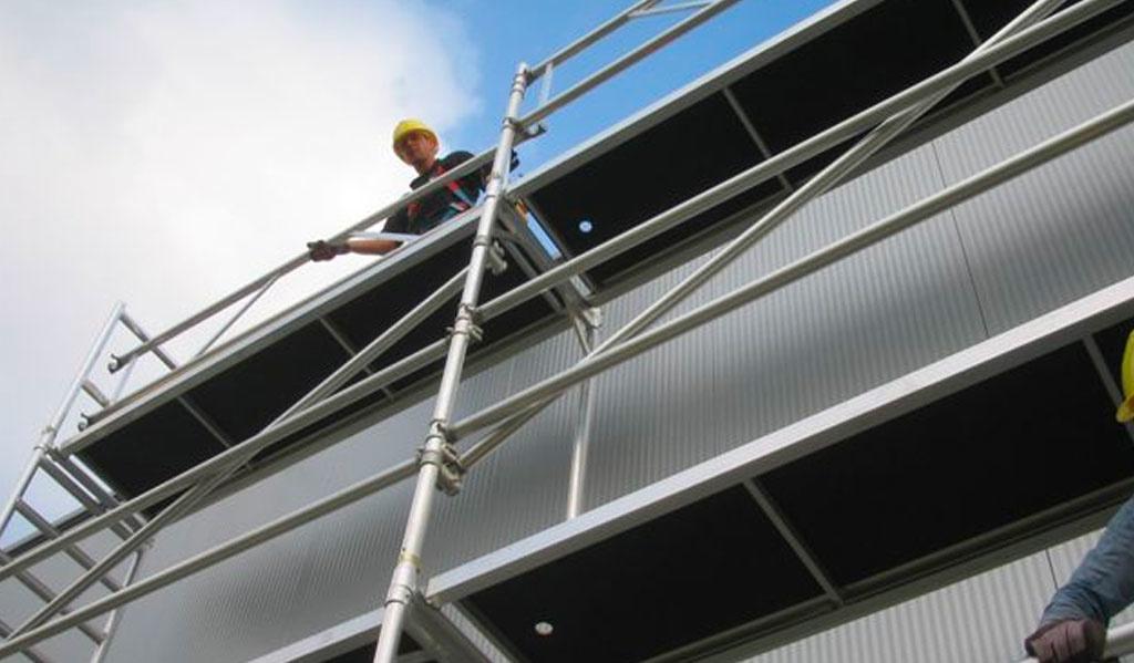 Een ladder of rolsteiger gebruiken? De voor-en nadelen op een rij