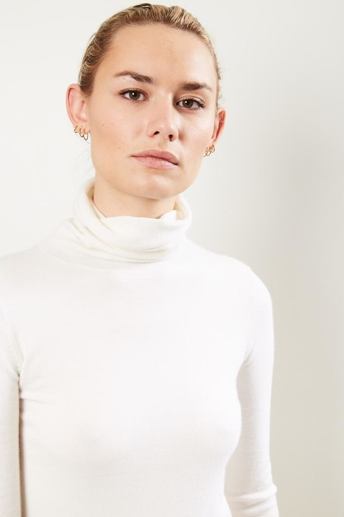 extreme cashmere - No129 Under classic fitted roll neck cream