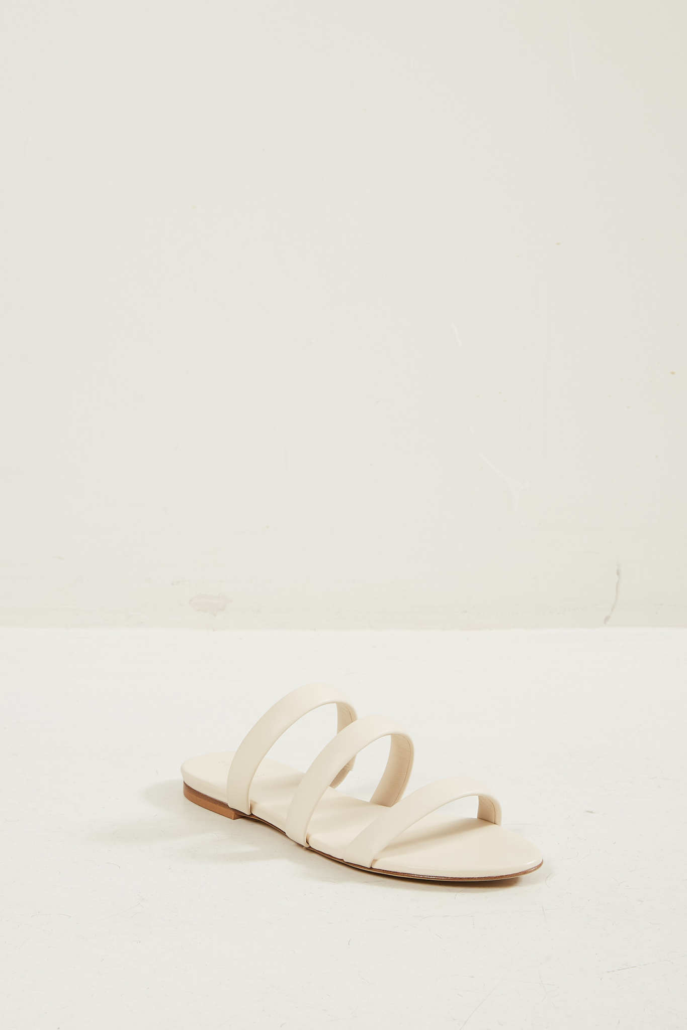 Aeyde Chrissy sandals creamy.