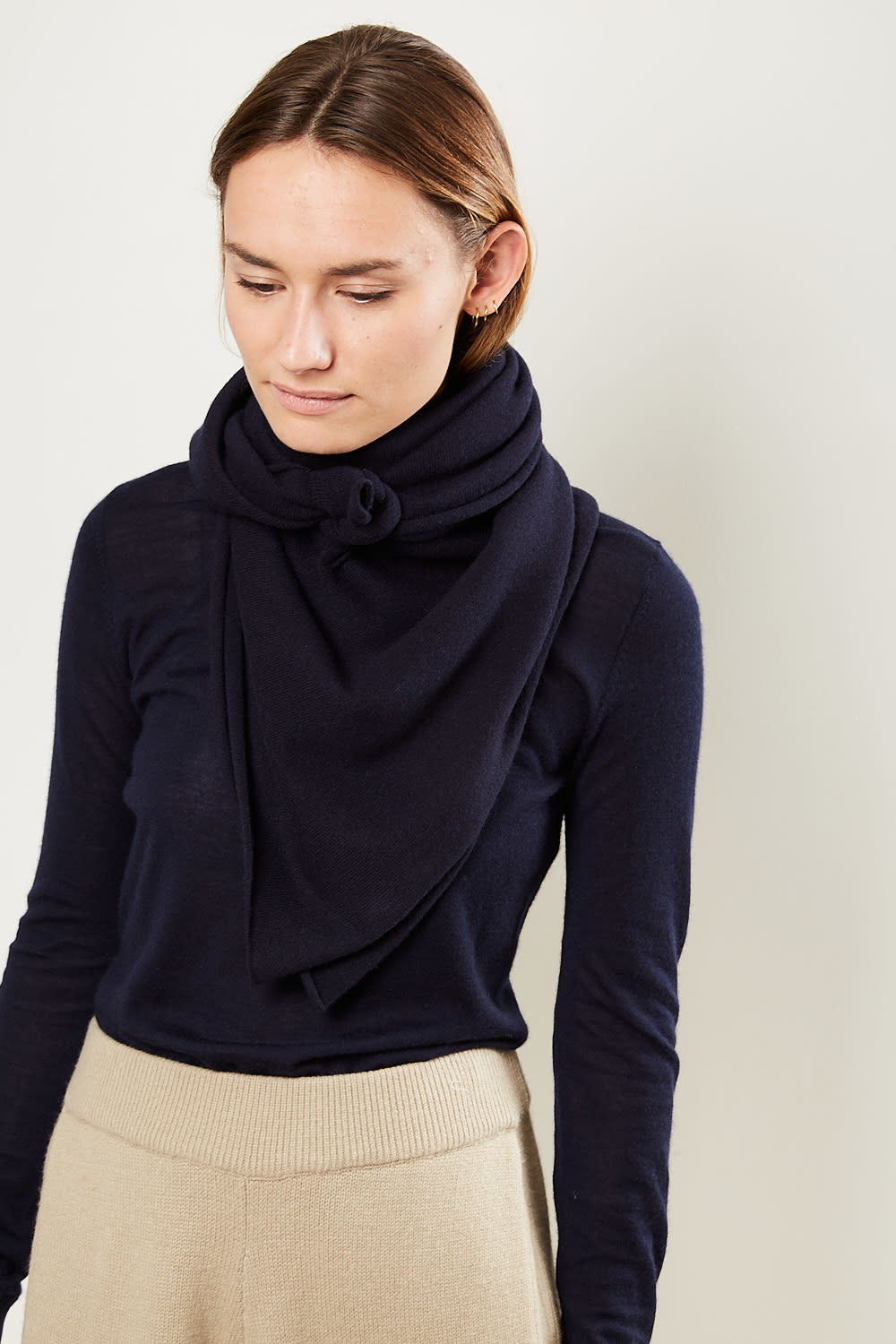 extreme cashmere No111 carre square scarf navy