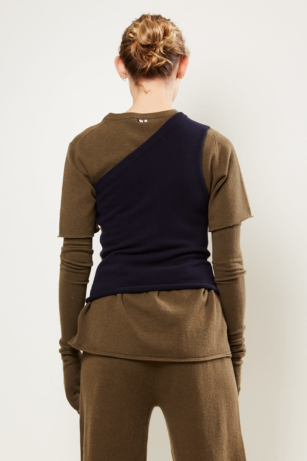 extreme cashmere - No108 asymetric one shoulder top brown navy