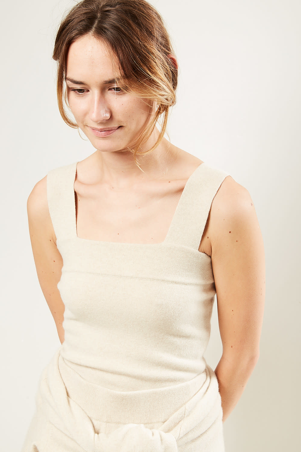 extreme cashmere - No127 Cara fitted square top latte
