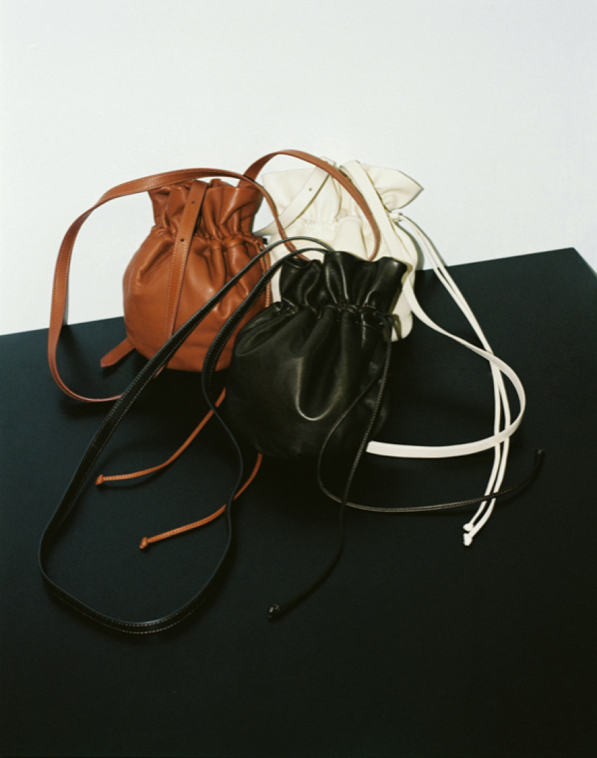 <strong>LEMAIRE GLOVE PURSE</strong>this bag's supple, round shape is inspired by boxing gloves, with a hidden magnet and drawstrings to fasten it closed.