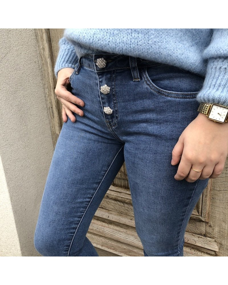 Blauwe jeans met detail aan sluiting