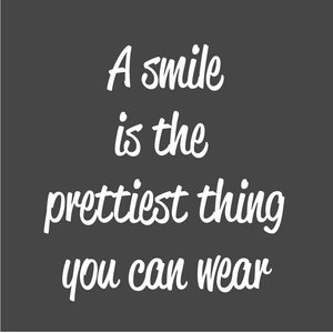 Tekst op canvas A smile is the prettiest thing to wear