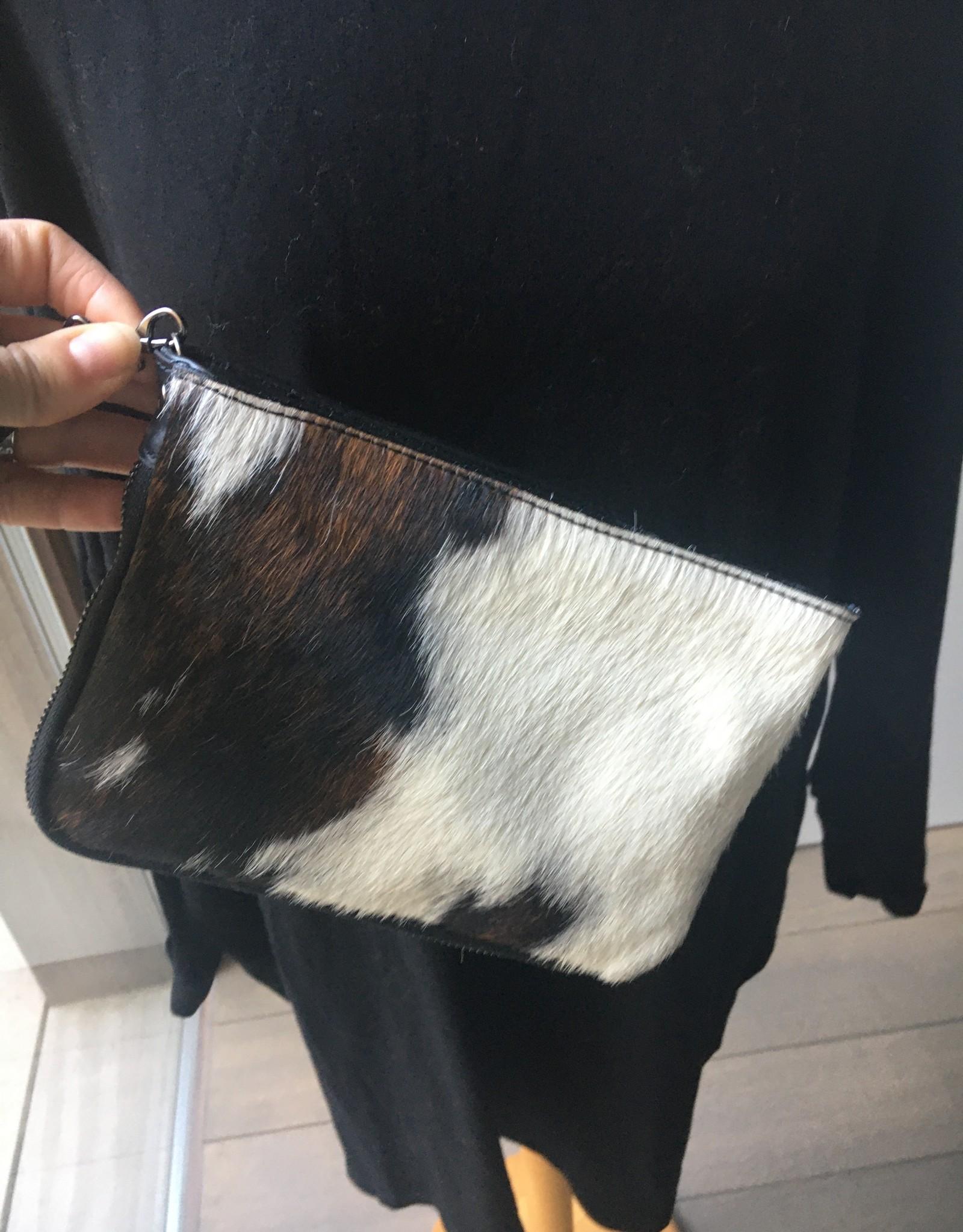 Giuliano Tasje in koeienpels, met lange schouderriem, kan ook als clutch gedragen worden .
