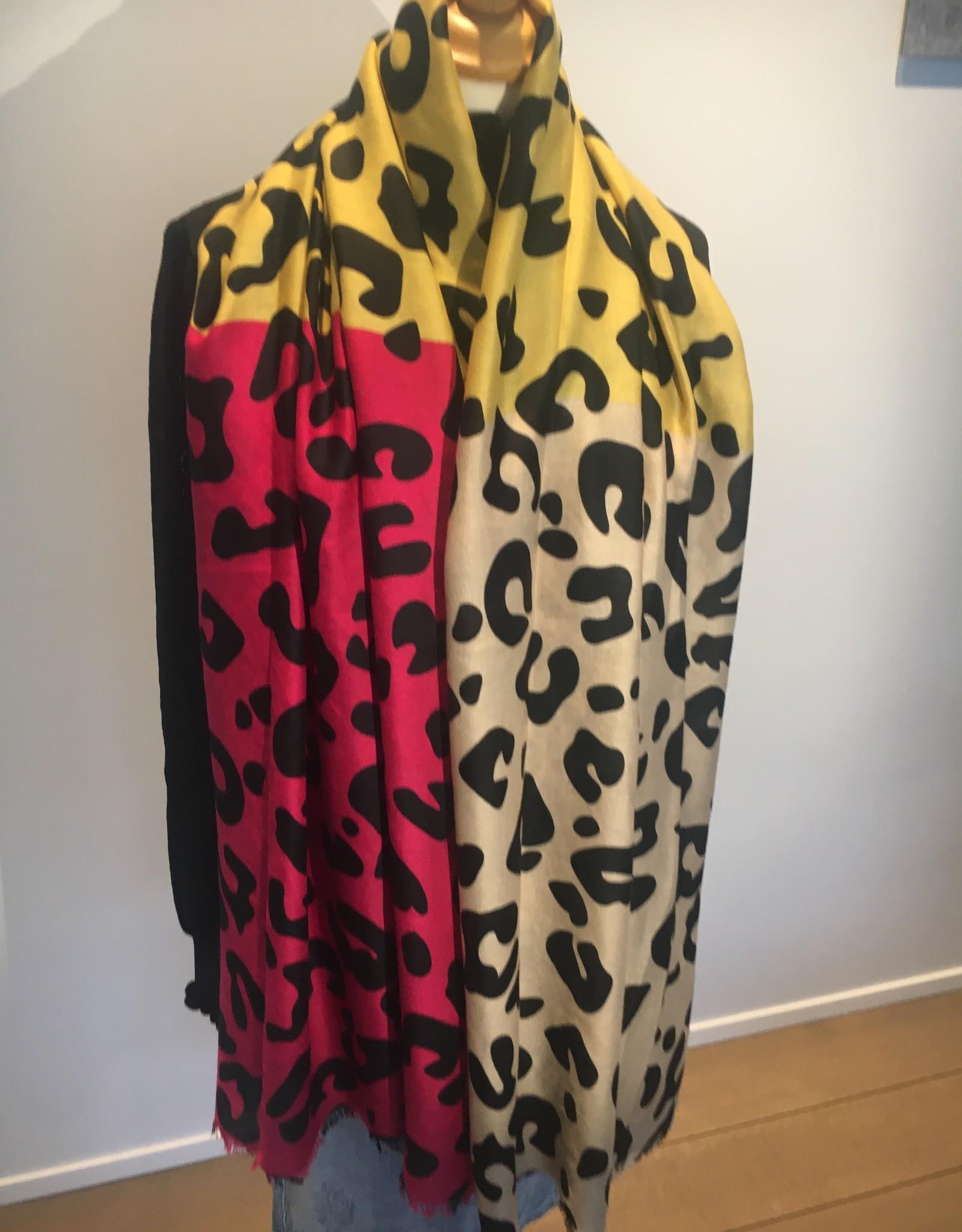 Sjaal met panterprint met fuschia, geel  en camel