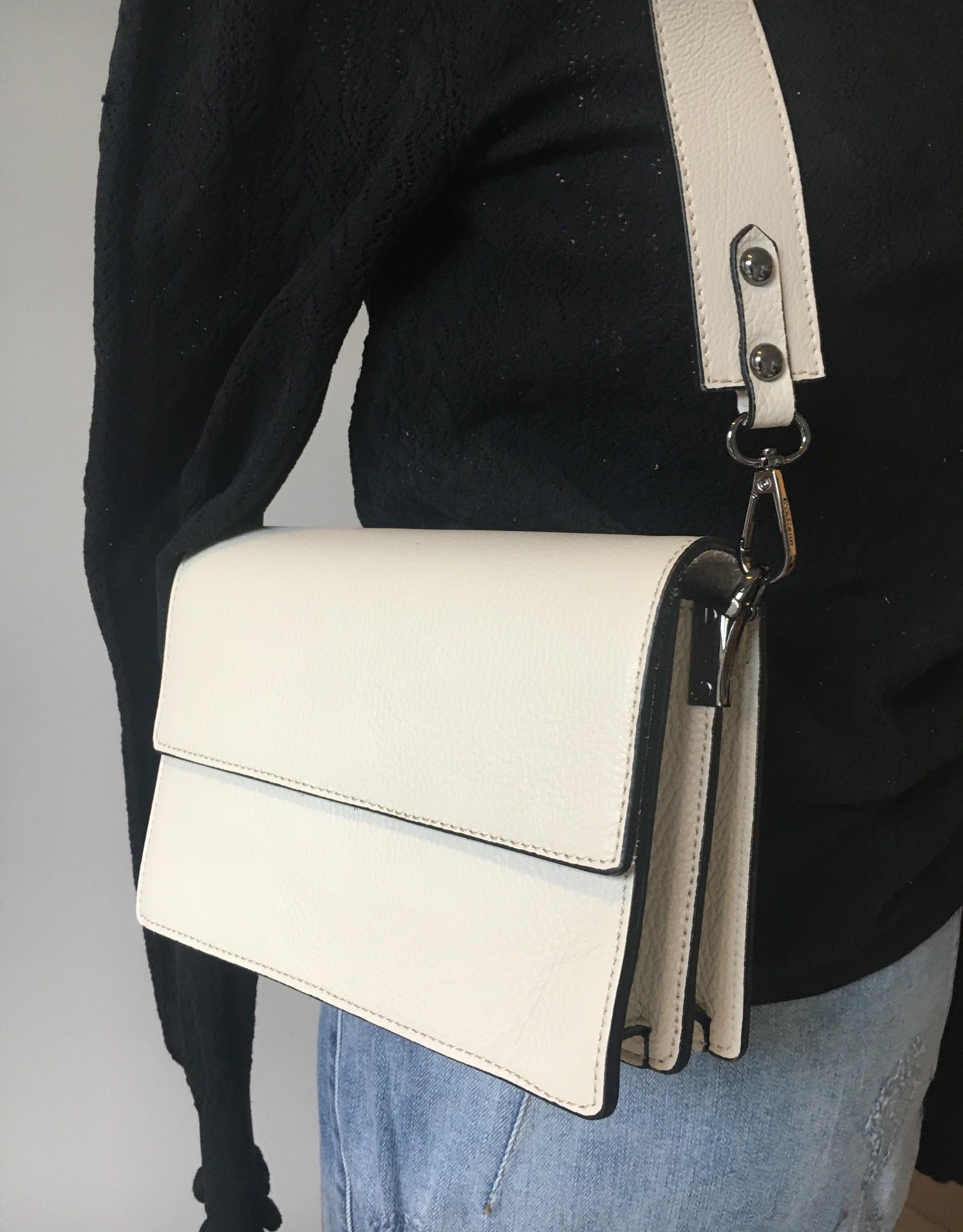 Lederen wit tasje met twee korte, brede en lange dunne schouderriem.