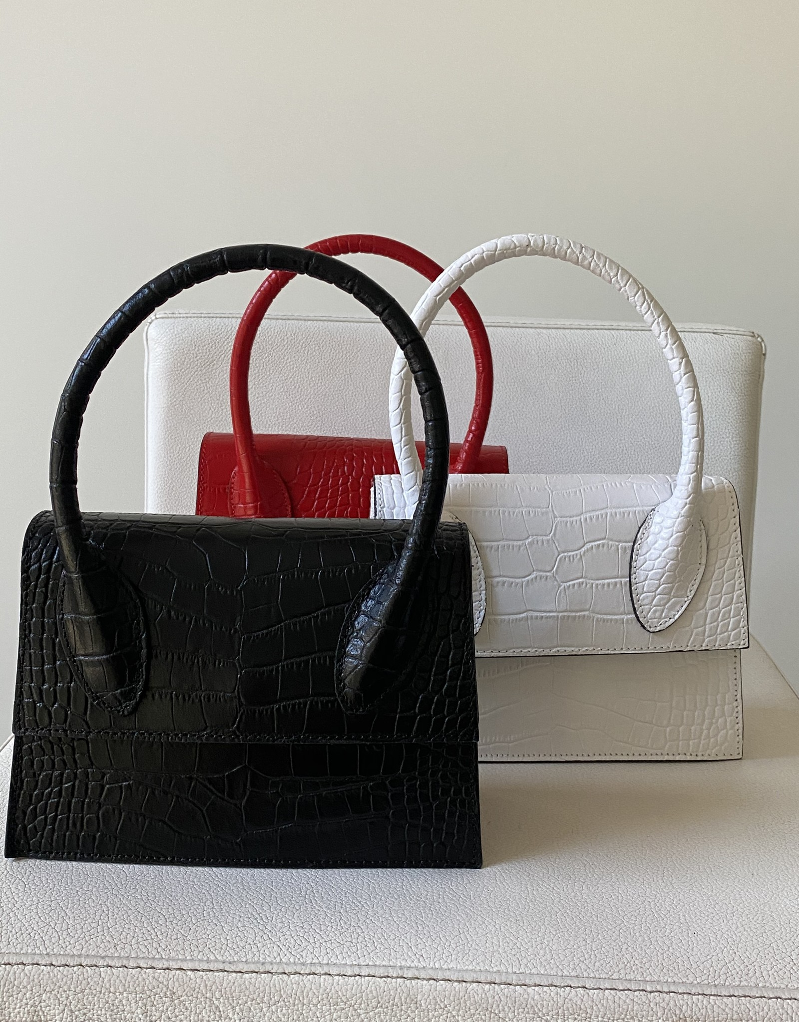 Giuliano Classy little handbag in crocoleather with fix handle and with long shoulderbelt.