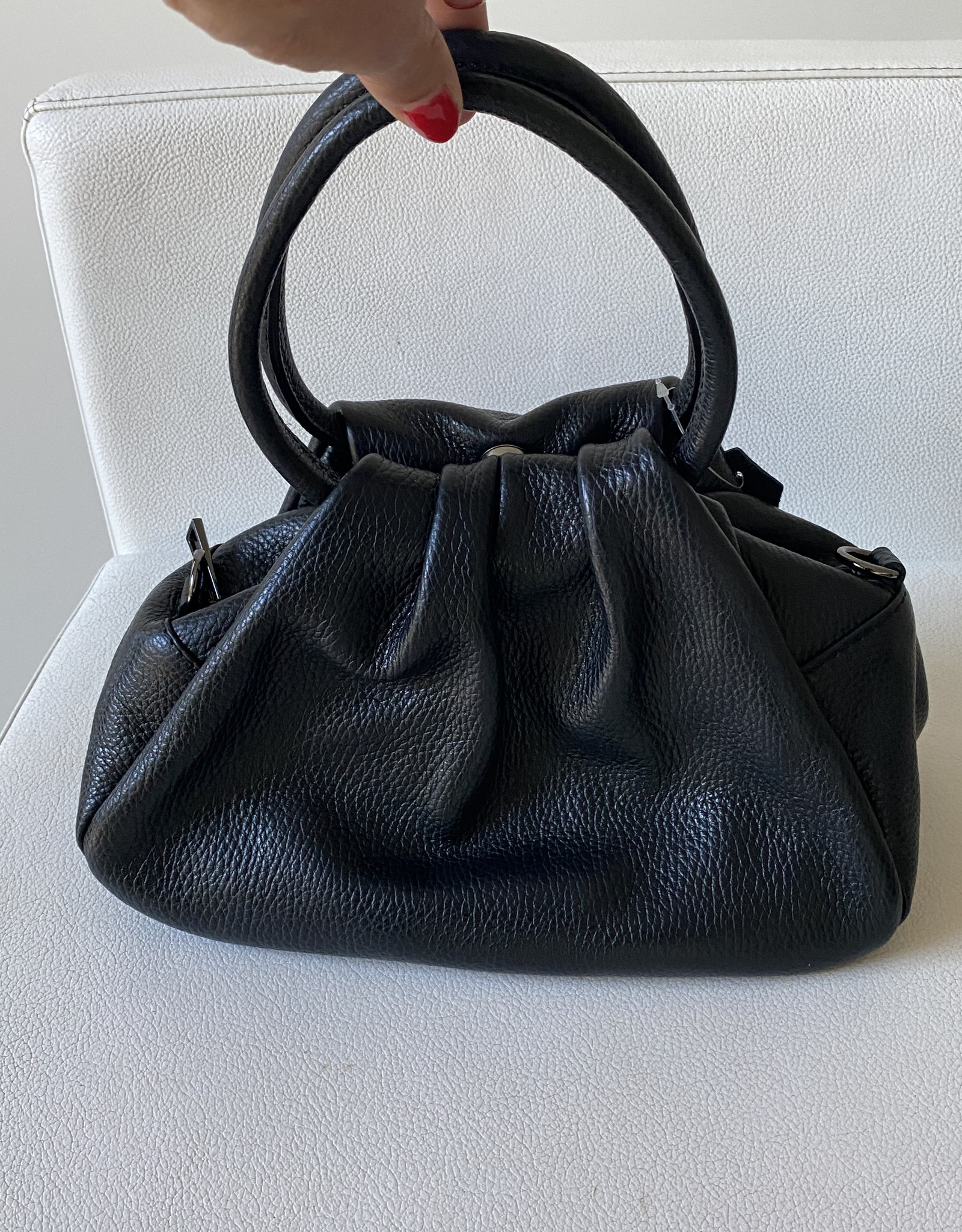 Giuliano Leather pouchbag with handles and long shoulderbelt.