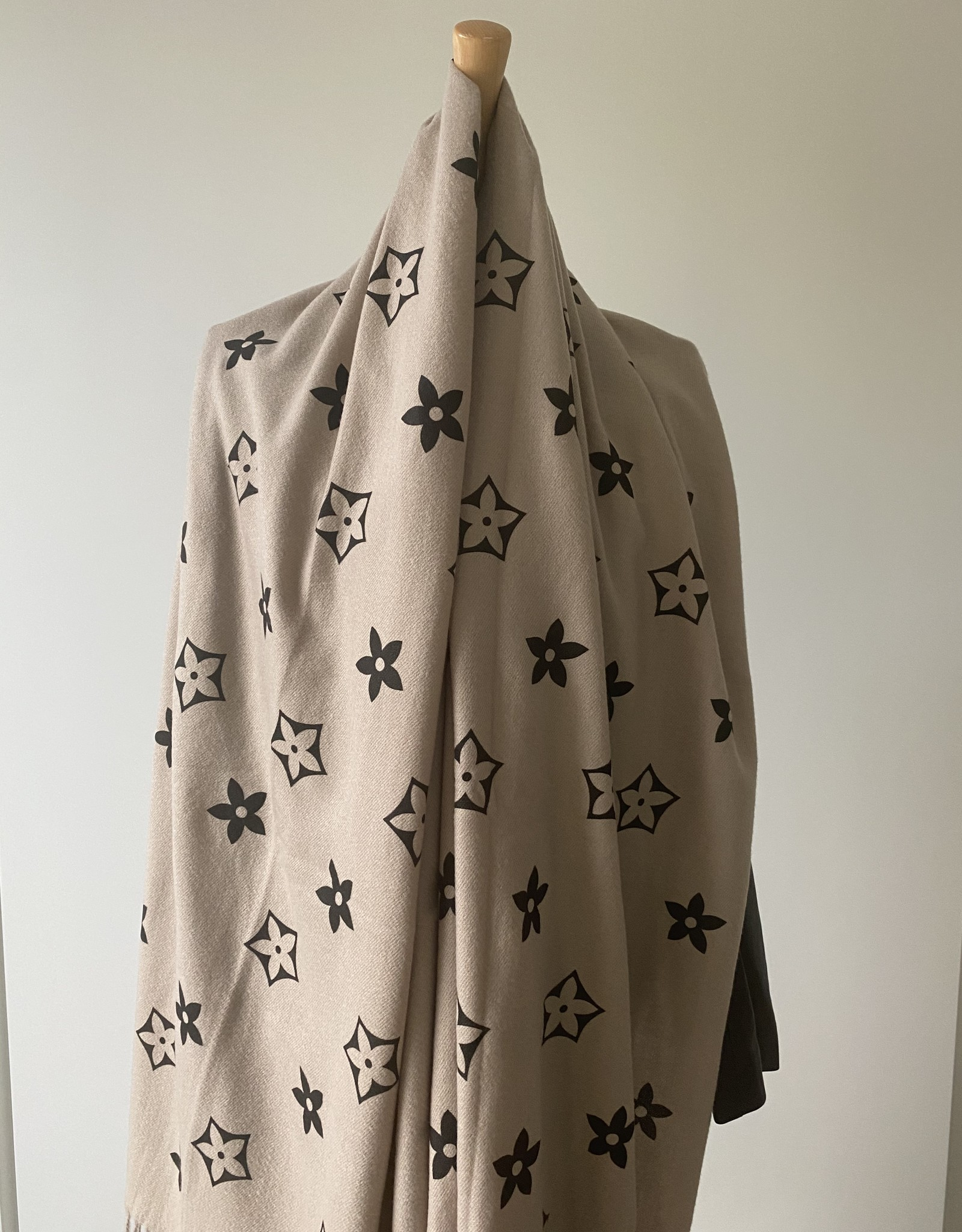 Soft scarf with design and fringles