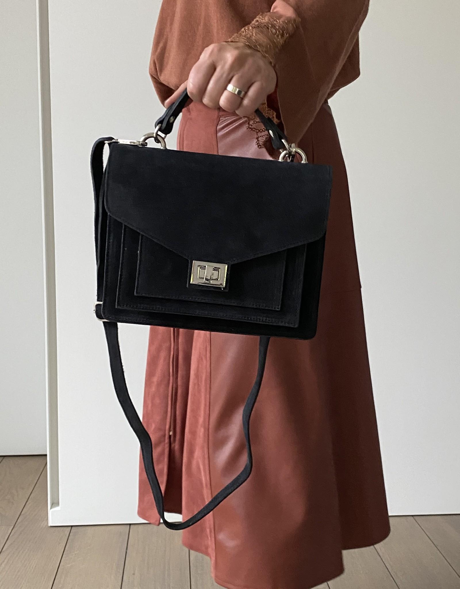 Zwart daim métis tasje met handvat en lange schouderriem.