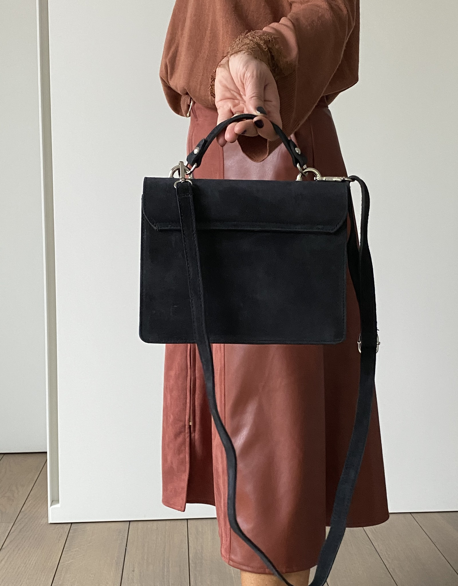 Black buckskin bag with handle and long shouderbelt.