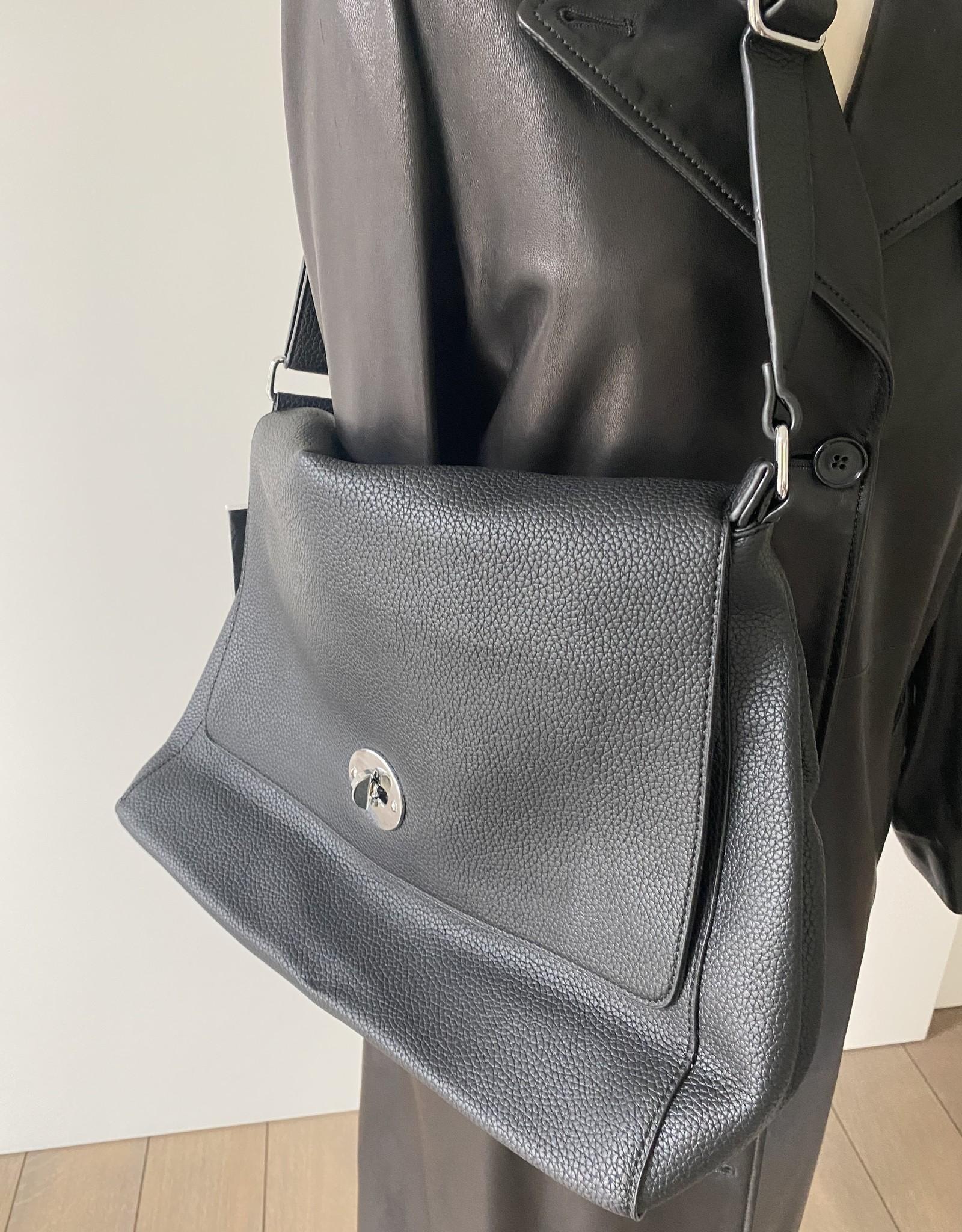 Kunstlederen tas met flap en zilverkleurig slotje