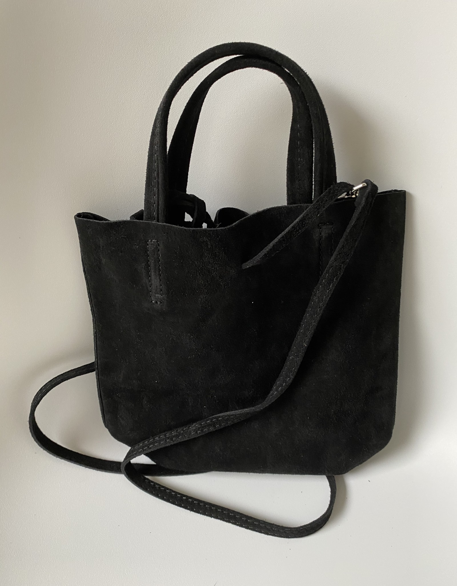 Kleine shopper in daim met klein tasje binnenin met lange schouderriem.