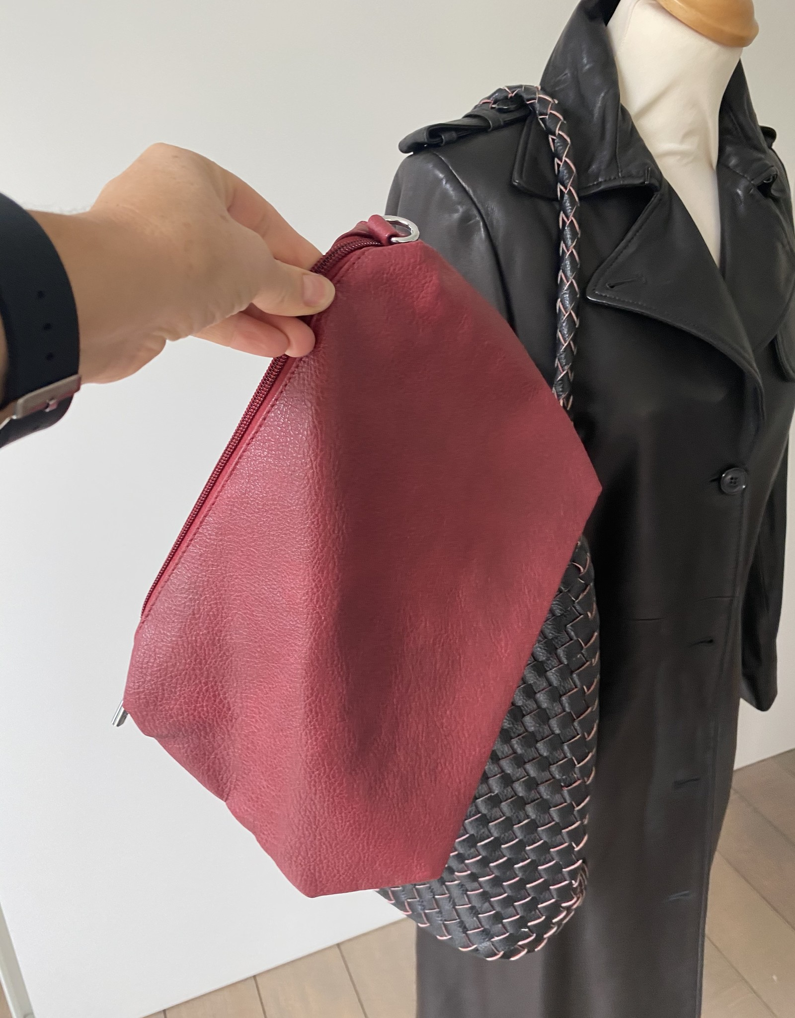 Reversable woven bag in artificial leather