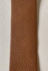 Brede lederen riem met zilverkleurige gesp met lange gaten voor pin.