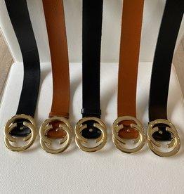Lederen riem met goudkleurige gesp met dubbele halve ringen