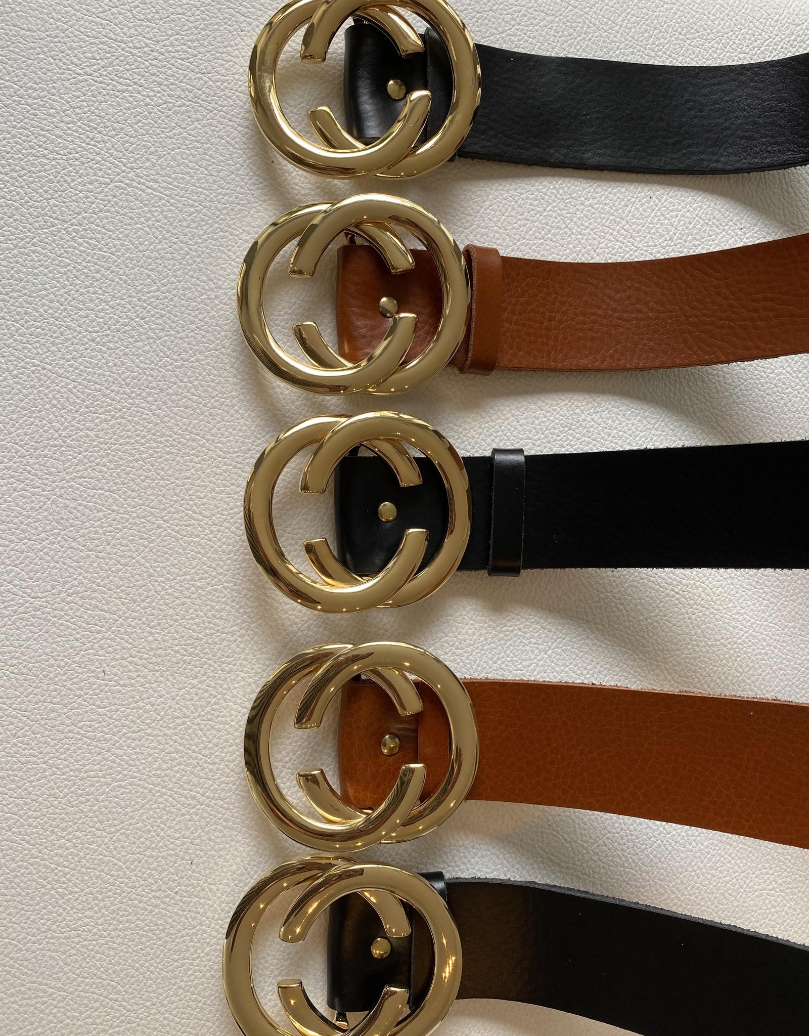 Lederen riem met goudkleurige gesp met detail