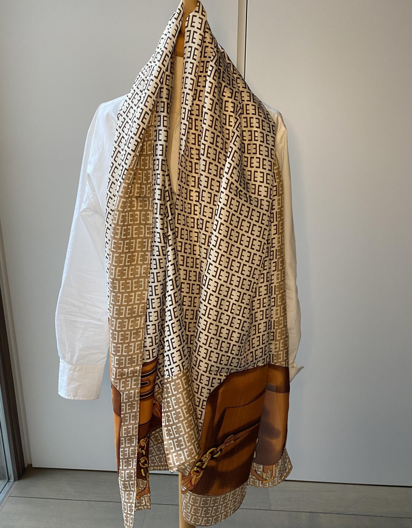 Langwerpige sjaal met F logo. Beige/bruin en oranje tinten.