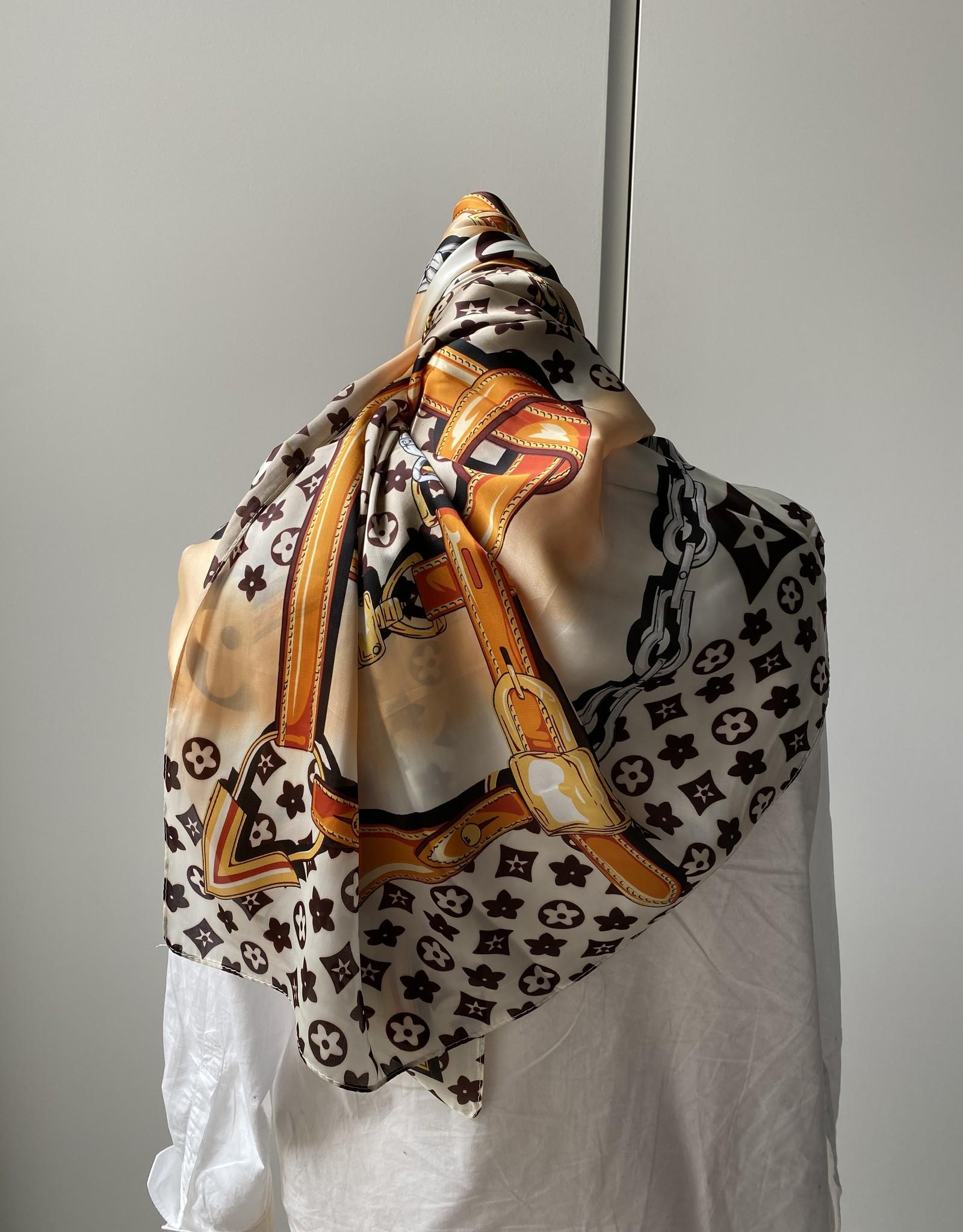 Vierkante sjaal met bruin/beige en oranje tinten.