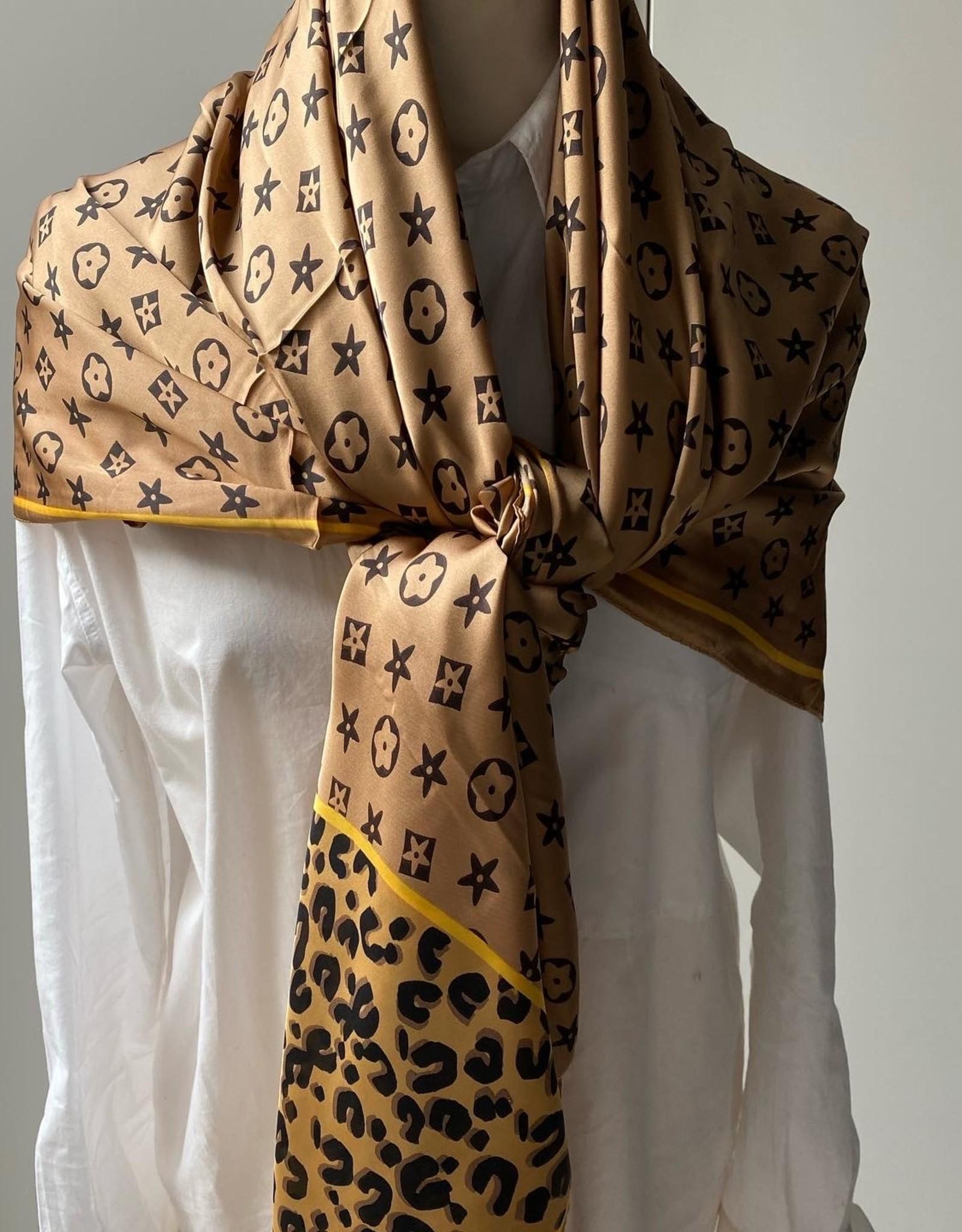 Vierkante sjaal in beige tinten met logo.