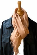 Sjaal katoen  in licht camel met dunne franjes.