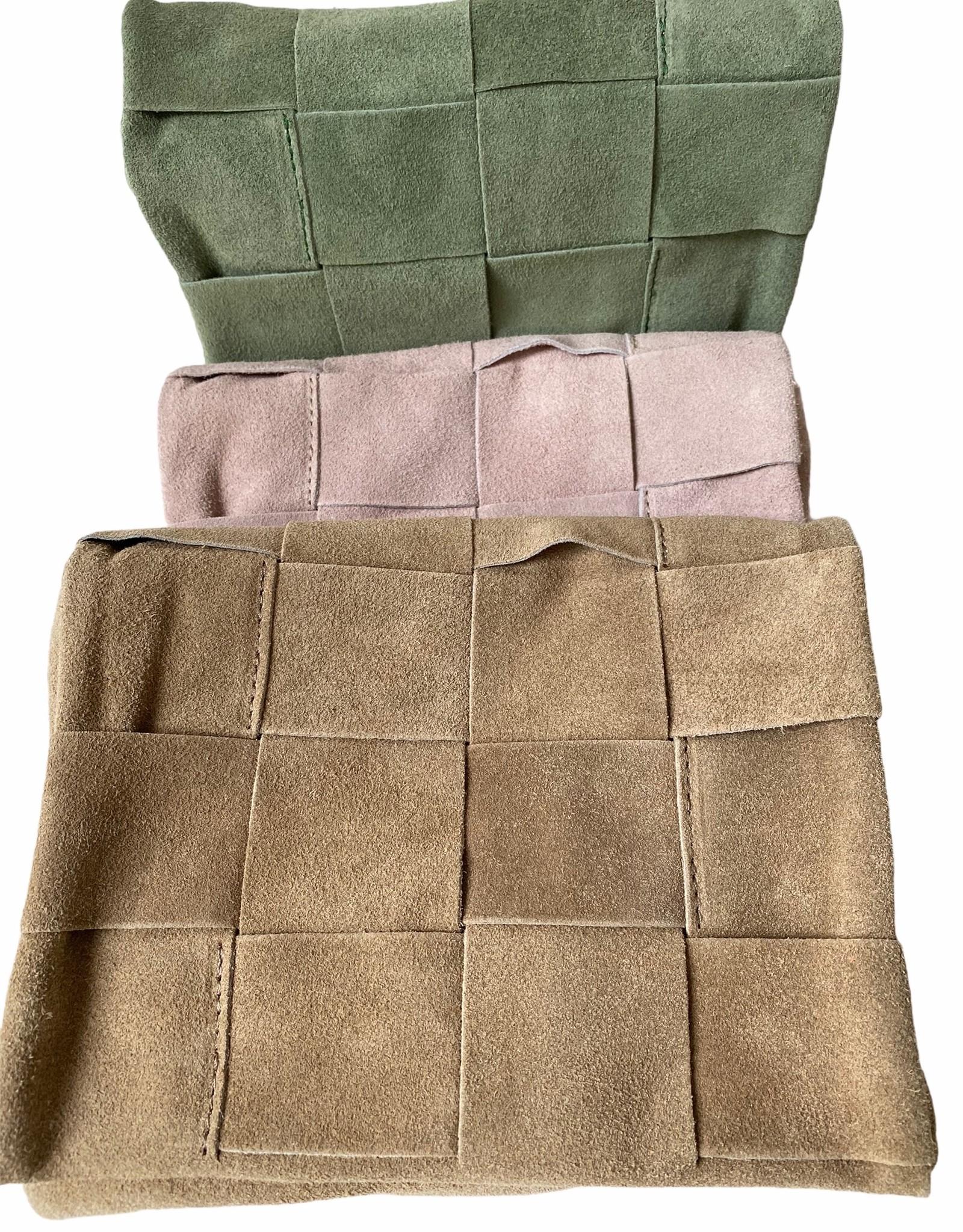 Tasje in daim, valt soepel breed gevlochten met twee vakken die met rits sluiten.