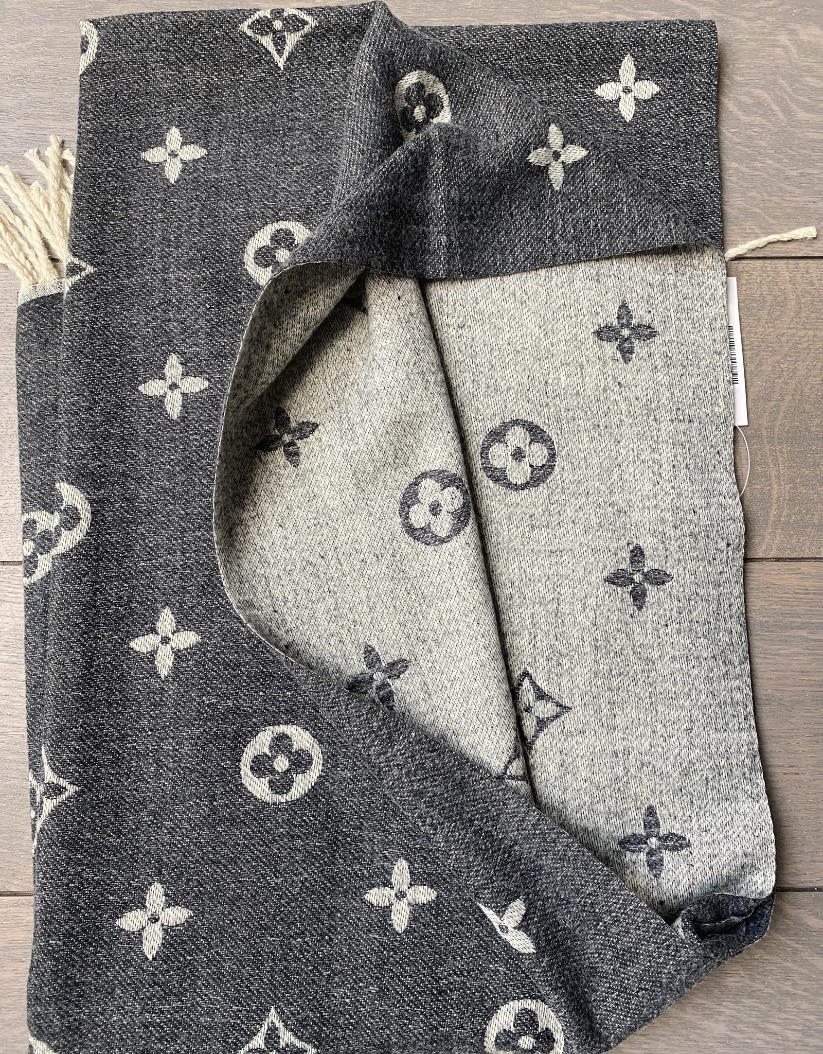 Very soft scarf with brand logo