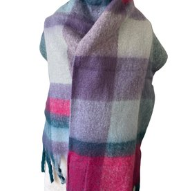 Checkerd scarf with purple and green colors with fringles