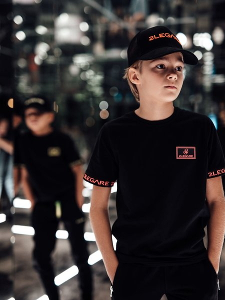 2LEGARE KIDS BADGE TEE - BLACK/NEON PINK