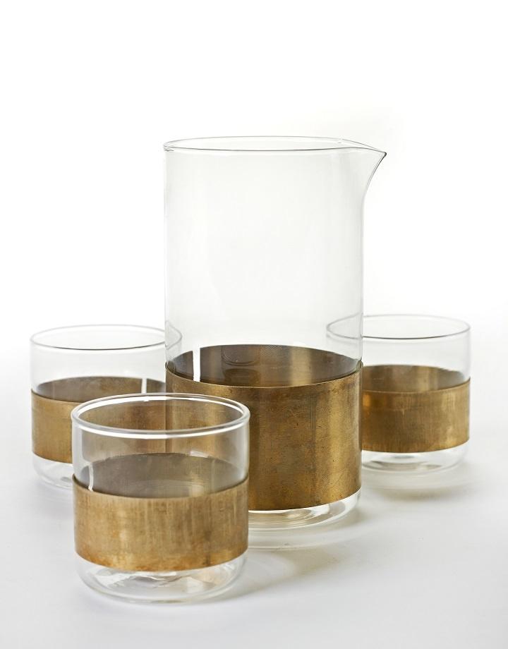 Glazen karaf met koperen ring