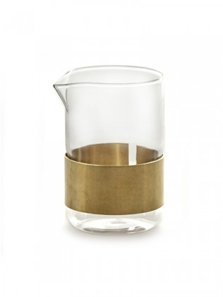 Glazen melkkan met koperen ring