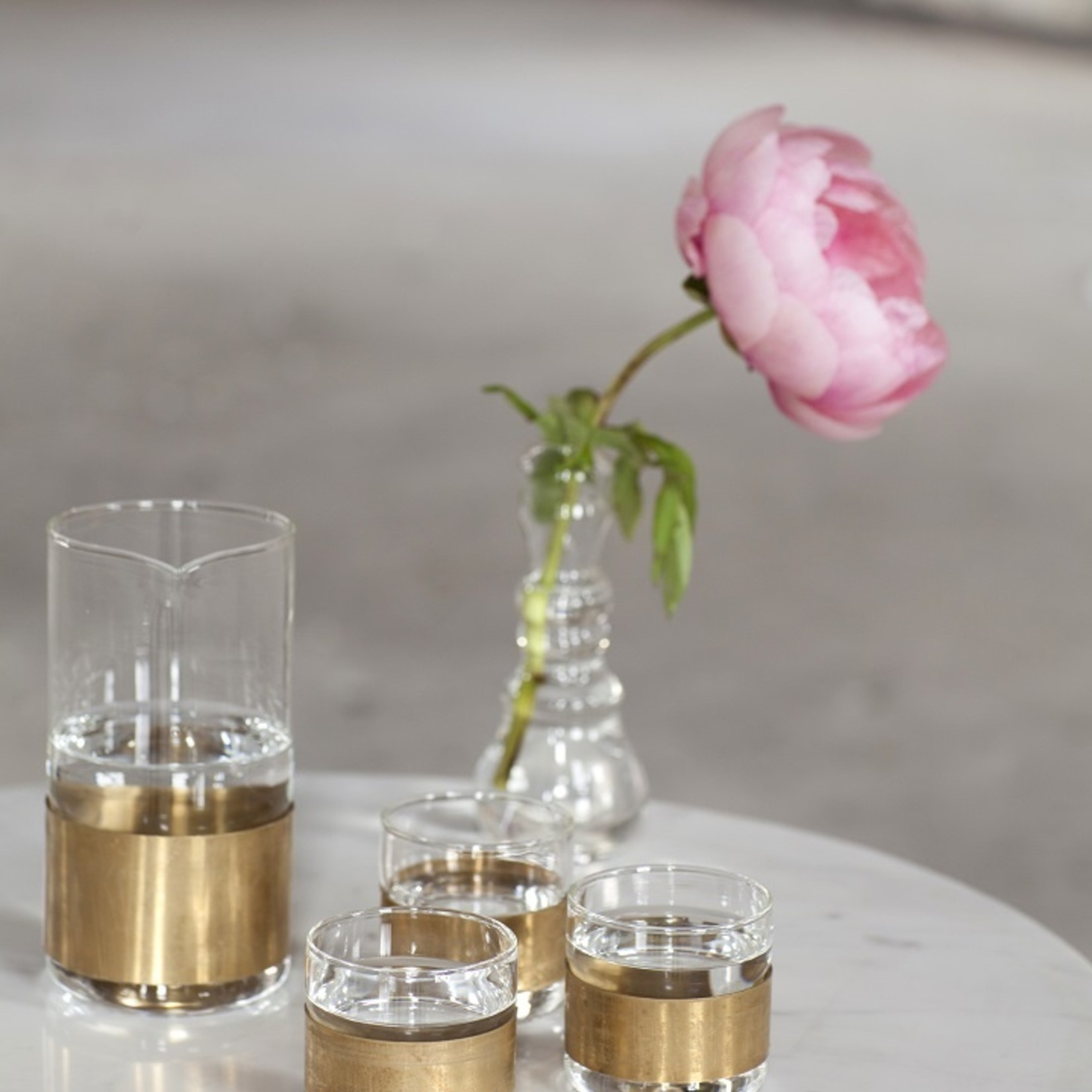 SERAX Glazen melkkan met koperen ring